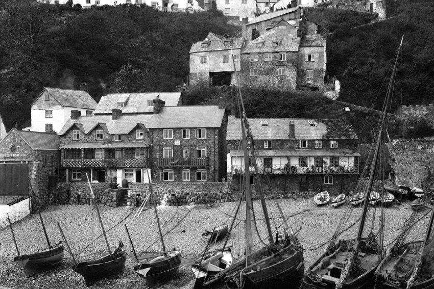 1904 reiste ein unbekannter Fotograf quer durch Europa und machte zahlreiche Fotos. Mehr als hundert Bilder entdeckte William Nelson bei einer Haushaltsauflösung. The Quay at Clovelly, Devon, EnglandClovelly's streets are so steep and narrow that no motorized traffic can negotiate them, even today.